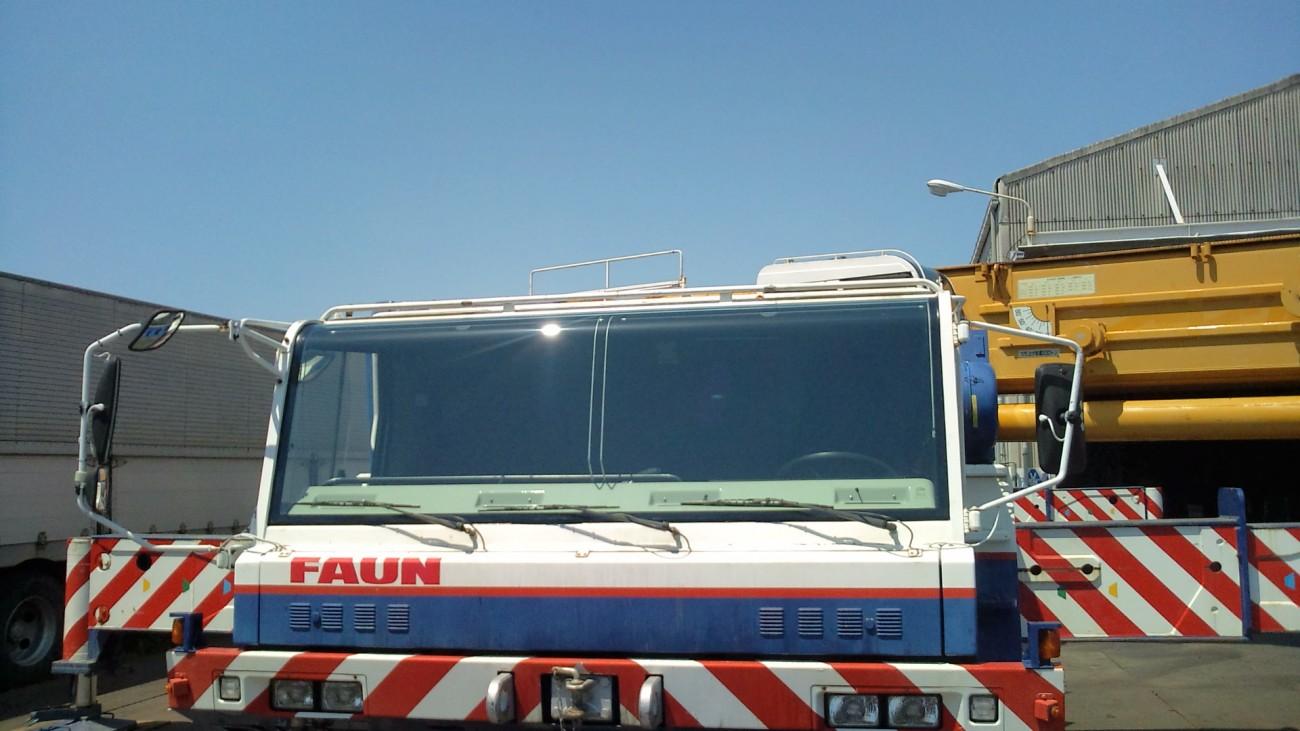 クレーン重機車のフロントガラス交換
